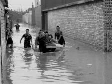 暴雨積水涌進家中 一居民區42人被困