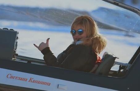 真人版惊奇队长!俄飞行员特技表演致敬电影
