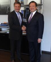 中国驻西班牙大使与安道尔外交大臣握手