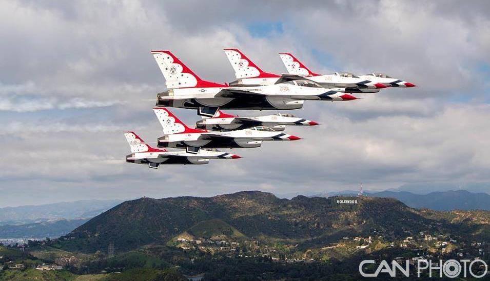 美国雷鸟飞行表演队飞跃洛杉矶上空