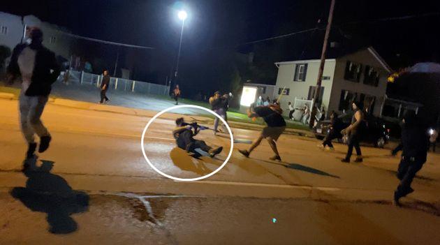 现场!美国17岁男孩射杀两名示威者 持枪淡定走向警察