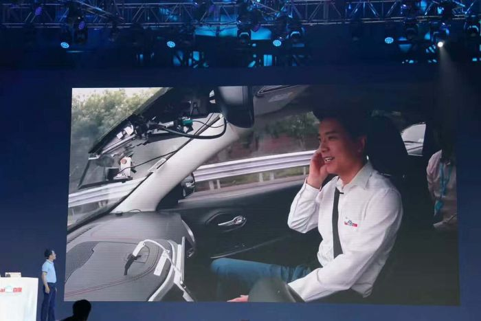 李彦宏坐无人驾驶汽车上路