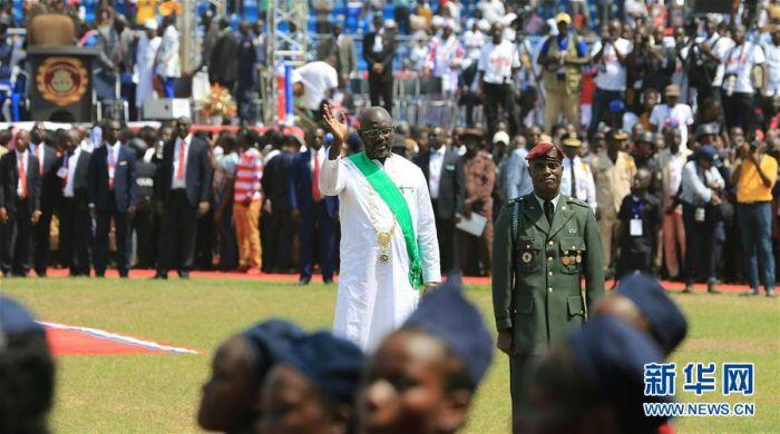 1月22日,在利比里亚首都蒙罗维亚,新当选总统乔治·维阿(中)出席就职仪式。利比里亚新当选总统乔治·维阿22日在首都蒙罗维亚SKD体育场宣誓就职。