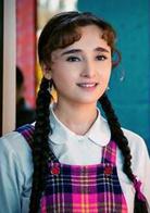 卫明霞  演员 阿孜古丽·热西提  配音 陈红  艾拉提的爱人。是一个维吾尔族孤儿,从小被从江南来新疆的桑蚕养殖专家卫守仁收养。艾拉提和卫明霞从幼年时期就是好朋友,从两小无猜到青涩相恋,但
