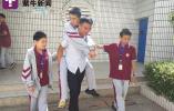 """每天背着14岁儿子上学,""""24小时贴身老爸""""成校园""""红人"""""""