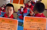老师为鼓励学生发期待奖,男孩领奖时流泪凝噎满脸感激:会变更好