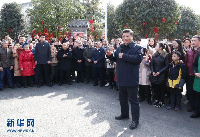 这是2月12日上午,习近平在成都市郫都区战旗村考察时向群众拜年,祝愿全国各族人民新春快乐、阖家幸福。