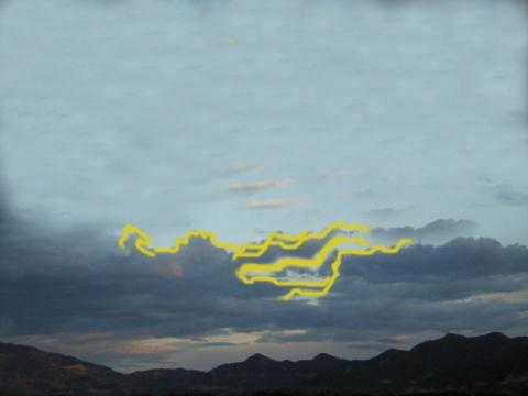 网络图片:1976年唐山大地震前的地震云类比图。