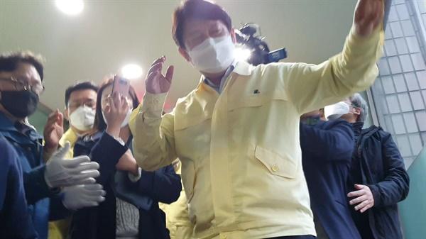 韩国大邱市长突然昏倒!办公室连睡30多天行军床