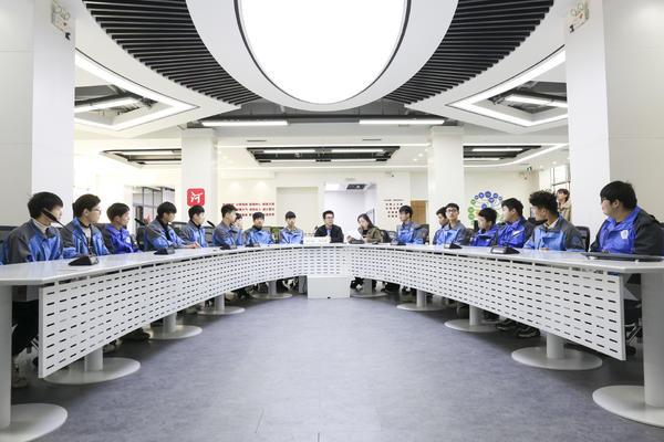 河南新华电脑学院游学行走进河南日报报业集团融媒中心