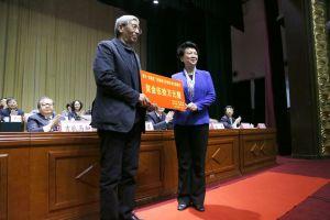 赵素萍代表省委省政府向李佩甫颁发奖金50万元