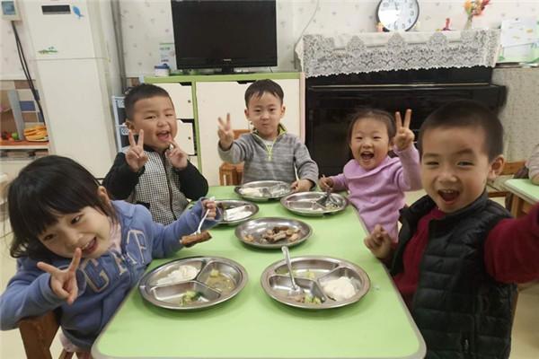 管城区商城幼儿园开展幼儿自助餐活动