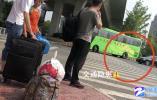 """本端调查:杭州这一高速口大巴车频频""""急转"""" 背后深藏""""黄牛""""站外组客的套路"""