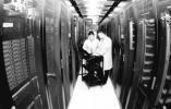 石家庄智慧城市大数据中心技术人员对机房微模块进行巡检
