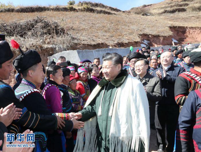 这是2月11日上午,习近平在凉山彝族自治州昭觉县解放乡易地扶贫搬迁新村火普村同乡亲们亲切握手。