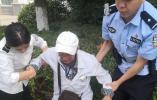 """85岁老人路边摔倒不要120救护,说""""只相信警察"""""""