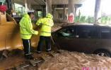 女驾驶员被困积水 济南交警火速救援