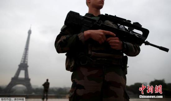 当地时间2017年5月3日,在法国巴黎埃菲尔铁塔附近,士兵持枪巡逻。