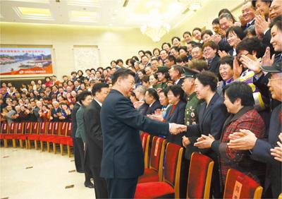 12月12日,党和国家领导人习近平、刘云山等在北京会见第一届全国文明家庭代表。新华社记者 马占成摄