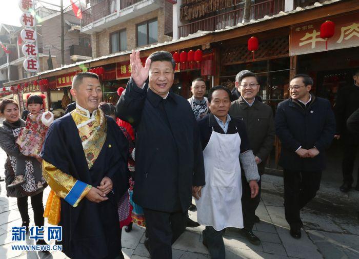 这是2月12日上午,习近平在阿坝藏族羌族自治州汶川县映秀镇场镇考察。