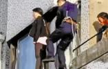 3秒!16岁女孩窗外轻生 消防员飞跨楼顶救人