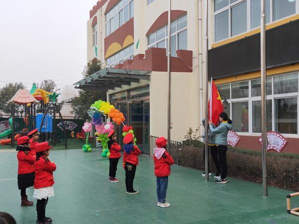 惠?#20204;?#21476;荥幼儿园举行新学期首次升旗仪式